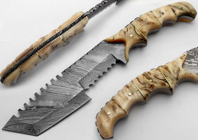 Damascus-Steel-Hunting-Tracker-Knife-With-Sheep-Horn-Handle