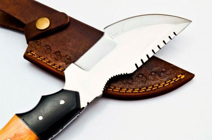 D2-Steel-Hunting-Tracker-Knife-With-Olive-Wood-And-Black-Micarta-Handle