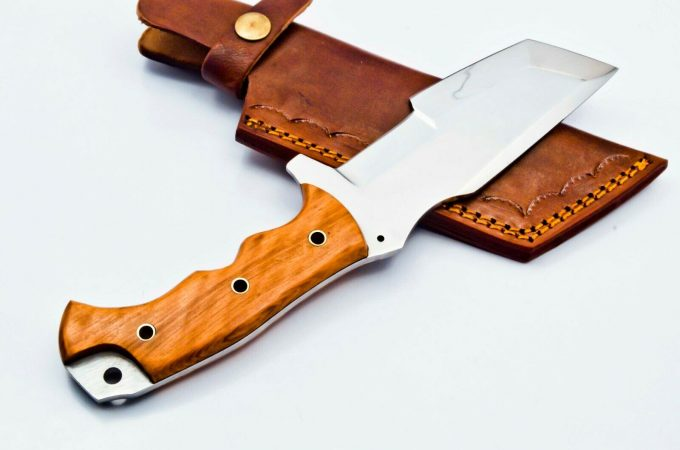 D2-Steel-Hunting-Tracker-Knife-With-Olive-Wood-Handle